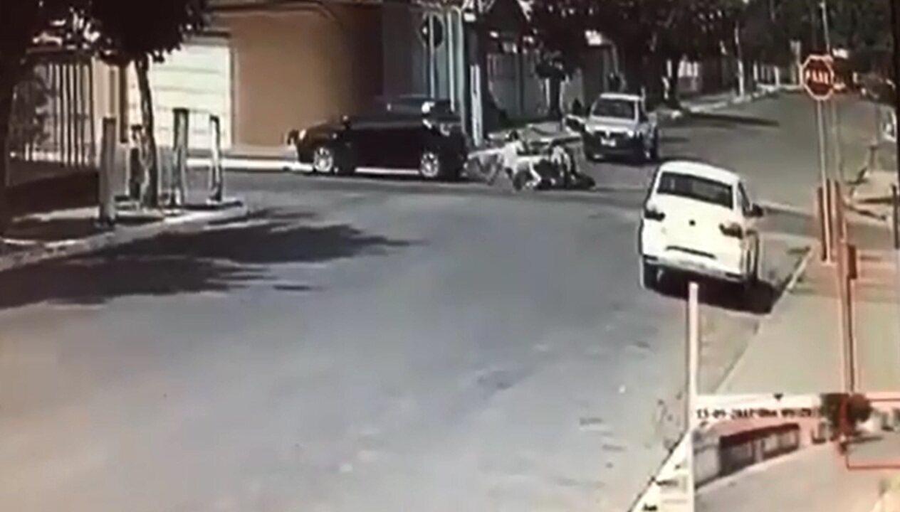 358eee64253 Ladrões de joalheria sofrem acidente de moto e roubam carro para continuar  fuga  veja vídeo