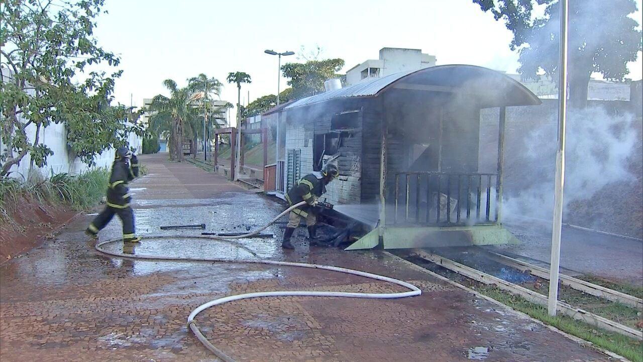Incêndio destrói trailer de lanche na Orla Ferroviária em Campo Grande
