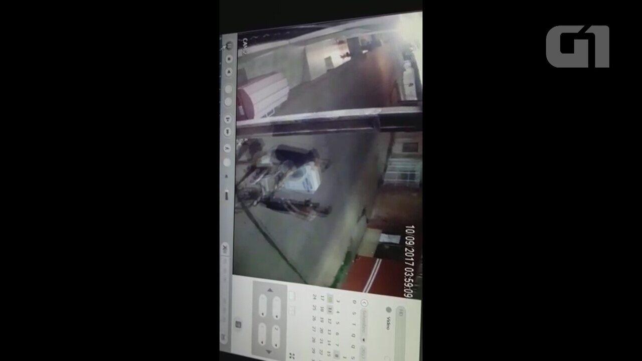 Câmeras de segurança filmaram ação dos jovens que levaram as centrais de ar