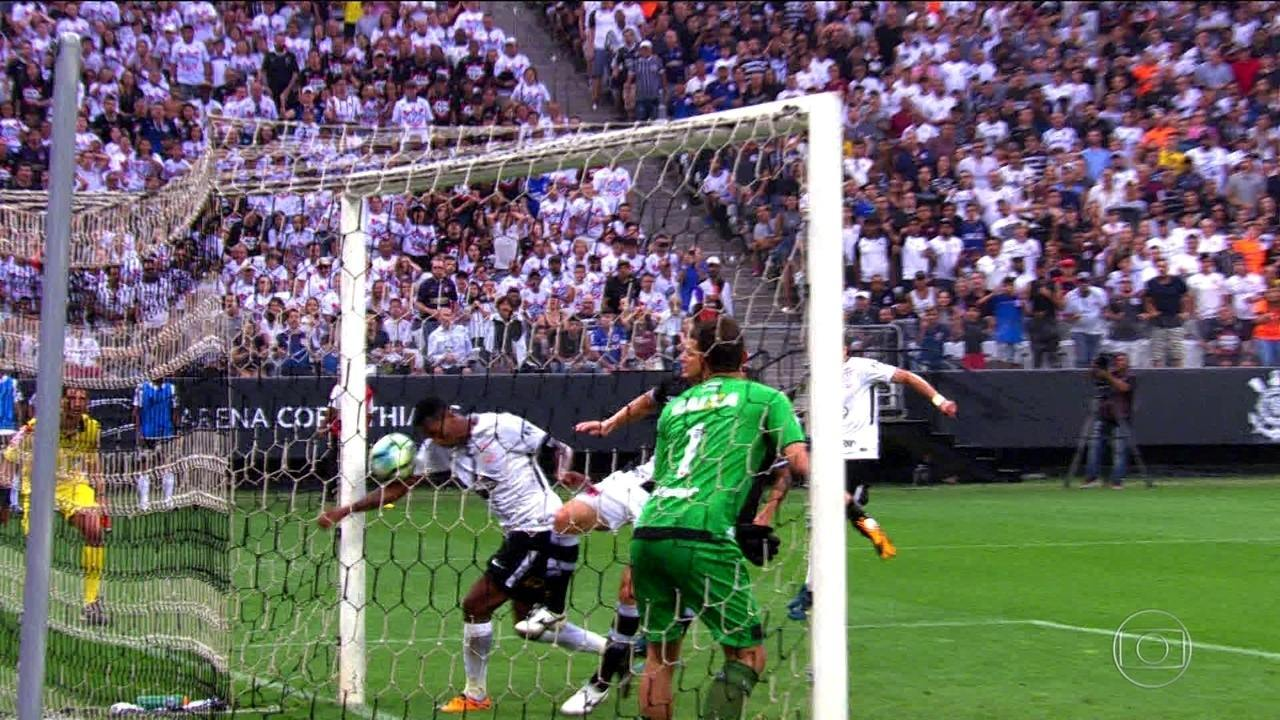 Com gol de braço de Jô, Corinthians vence o Vasco