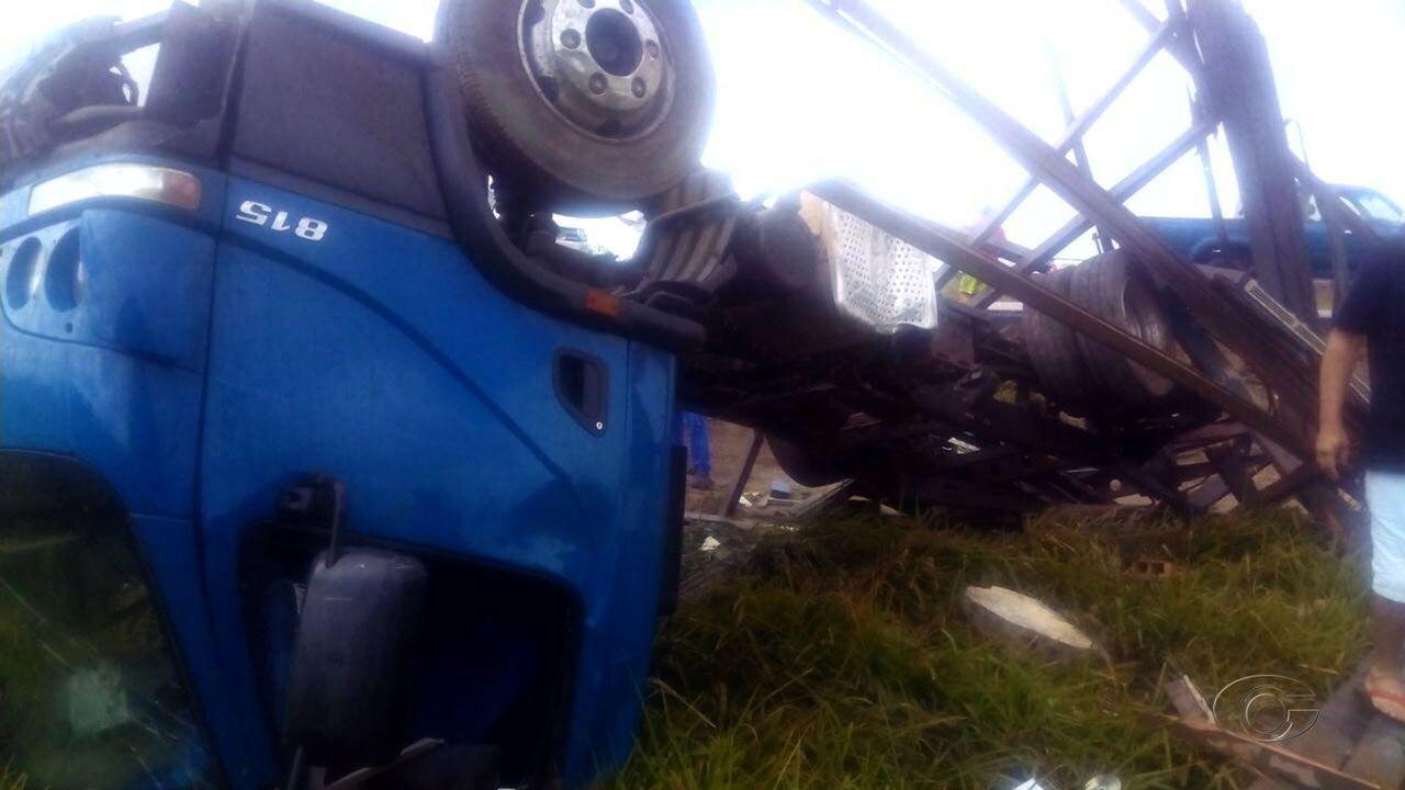 Caminhão capota na BR 101 em Junqueiro e deixa quatro feridos