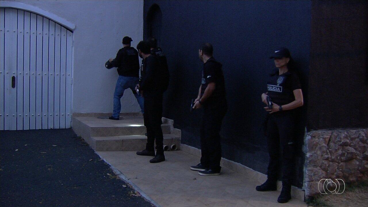 Polícia cumpre mandados judiciais em mansão contra esquema de pirâmide em Goiânia