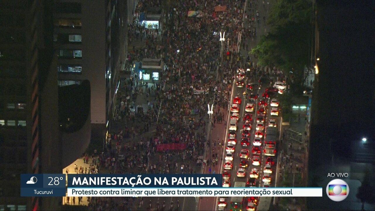 "Manifestantes protestam na Avenida Paulista contra ""cura gay"""