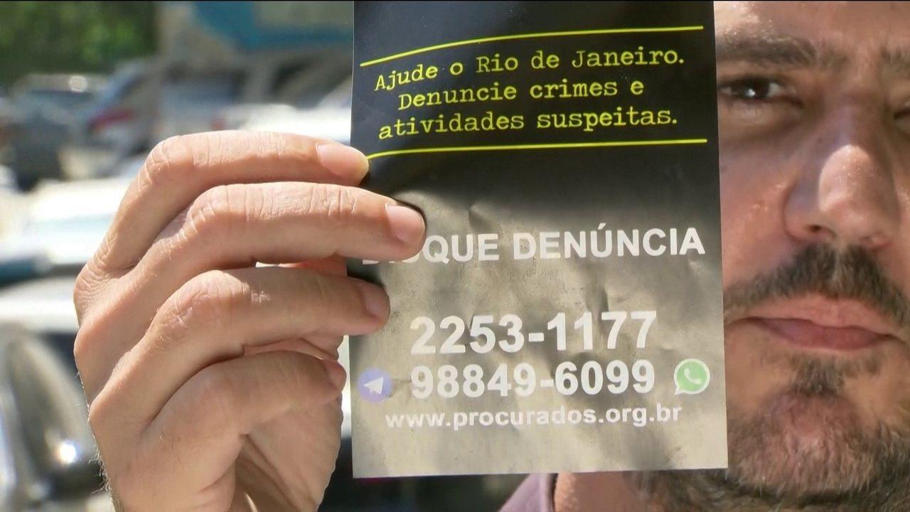 Helicóptero das forças de segurança lança panfletos na Rocinha