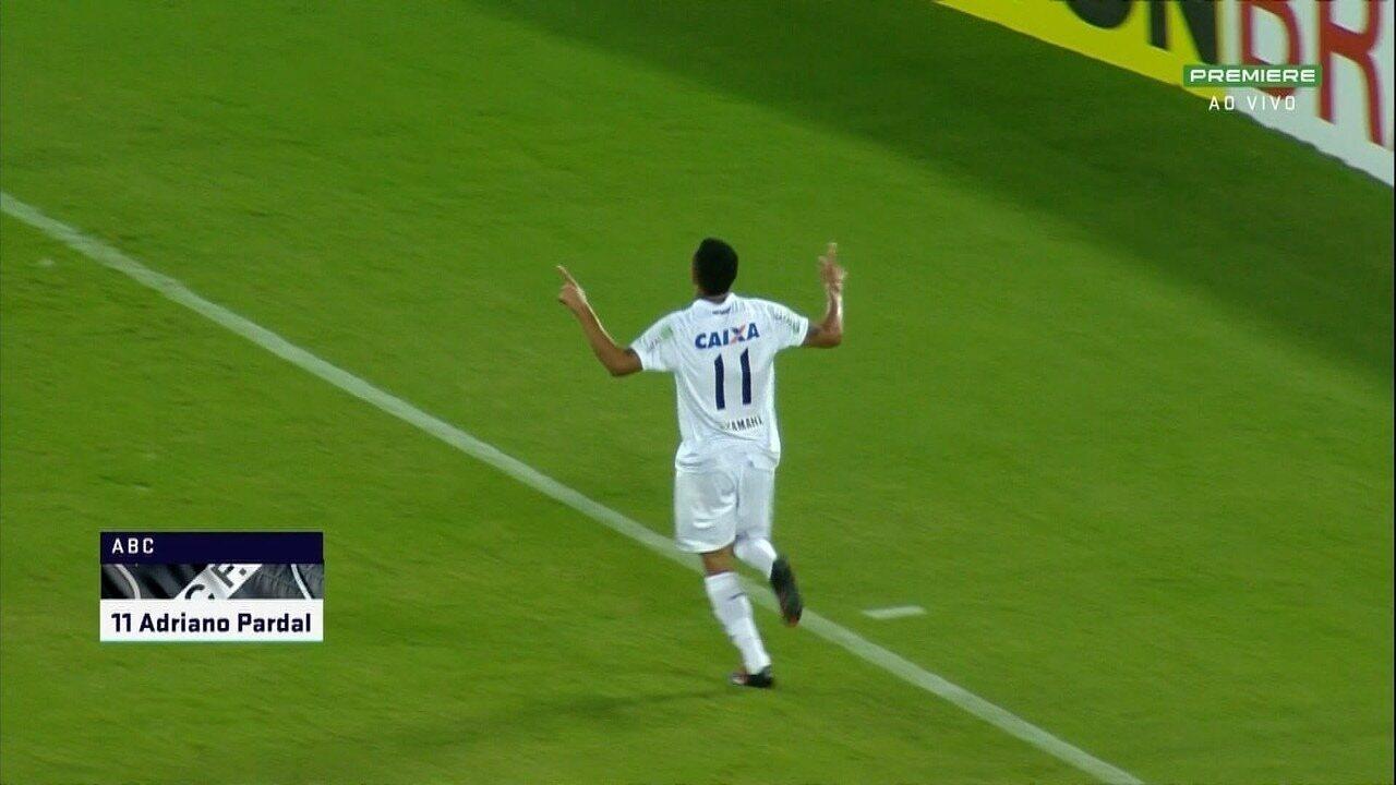 Gol do ABC. Berguinho cruza, Adriano Pardal ganha da defesa e cabeceia firme para o gol.