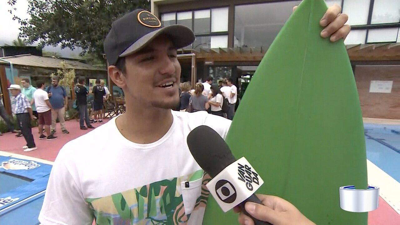 Campeão de surfe, Gabriel Medina está em São Sebastião
