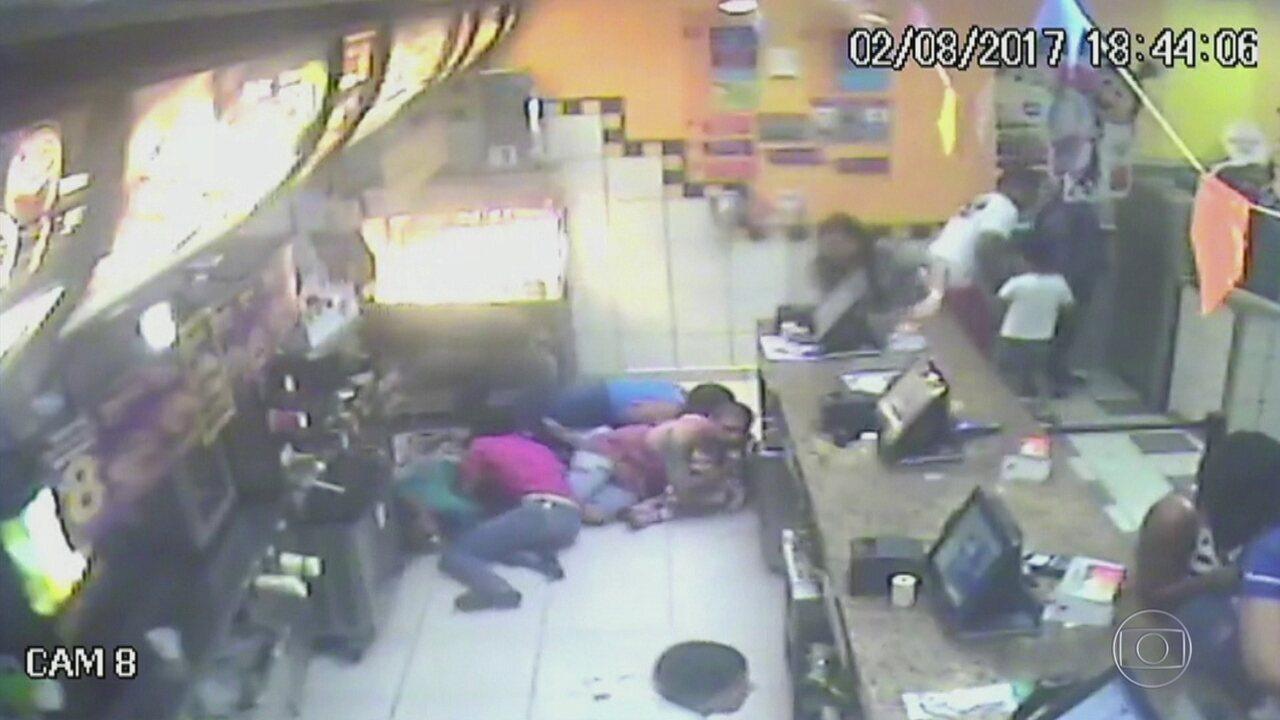 Bandidos metralham lanchonete depois que funcionários não deram hamburgueres e batata