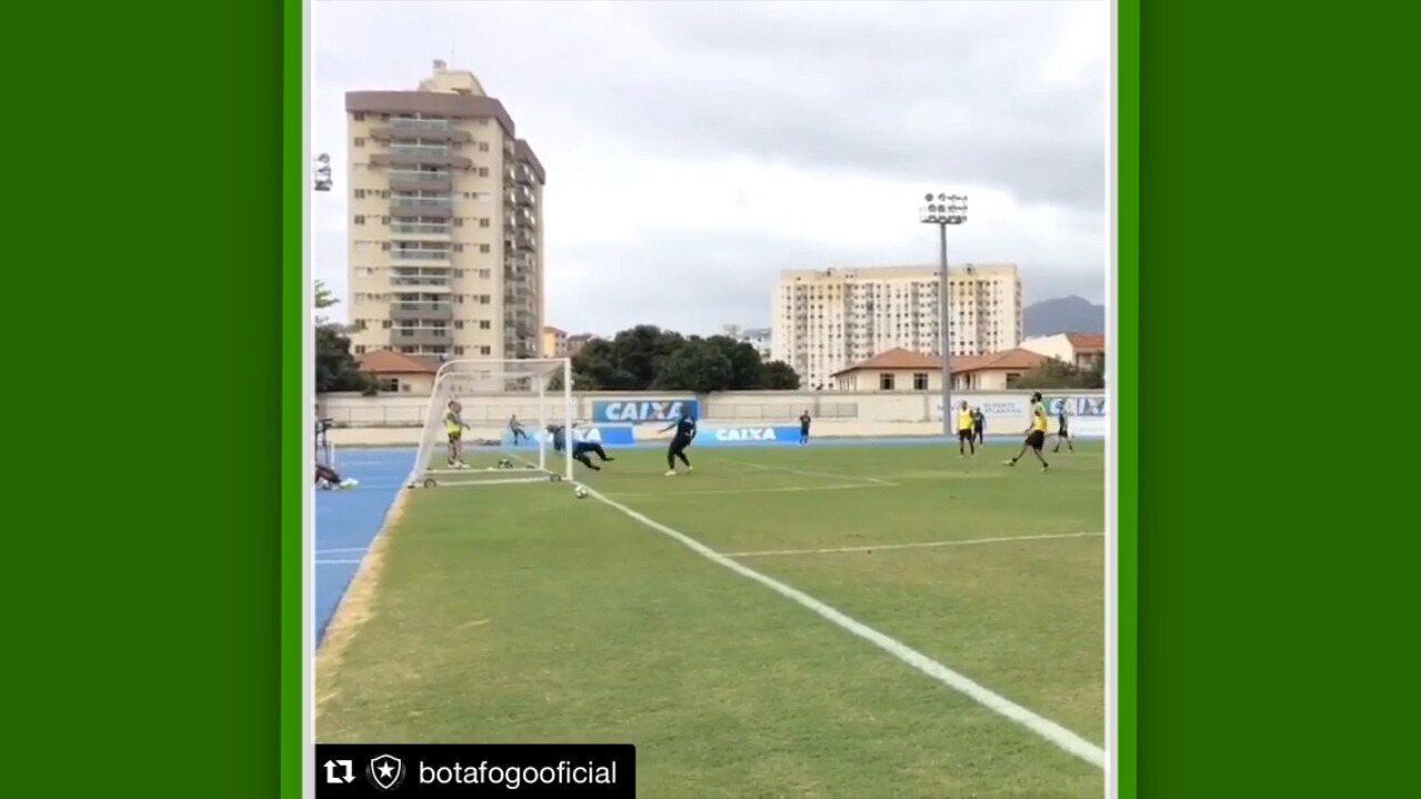 Jefferson faz grande defesa no treino do Botafogo