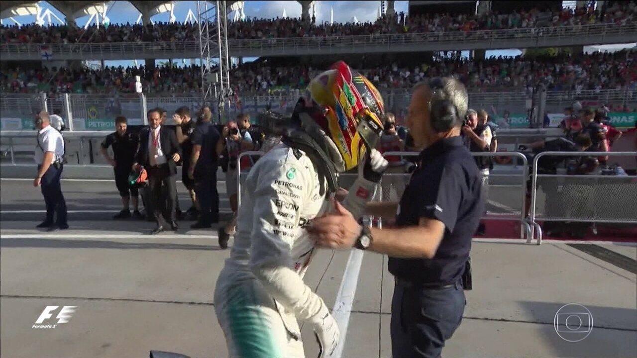 Vettel tem problemas e Hamilton conquista a pole do GP da Malásia