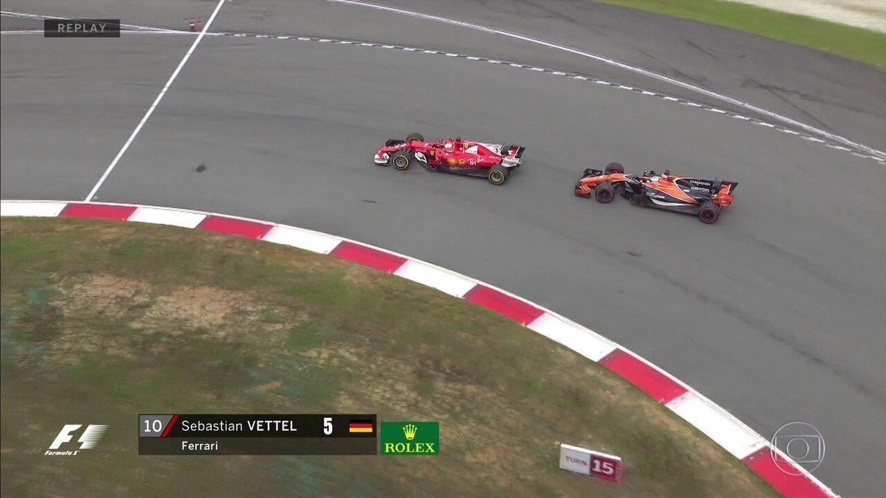 Depois de muito tentar, Vettel consegue passar Fernando Alonso