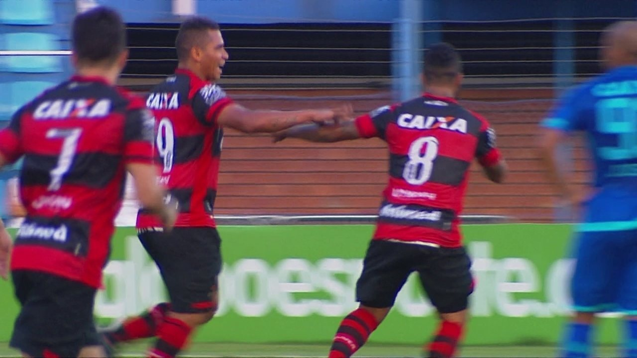Walter recebe de Paulinho e faz golaço contra o Avaí