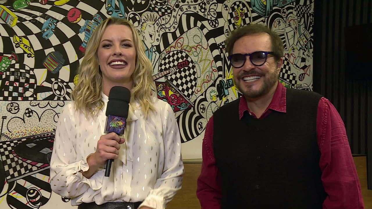 Ju Valcézia entrevista Wolf Maia nos bastidores do Domingão