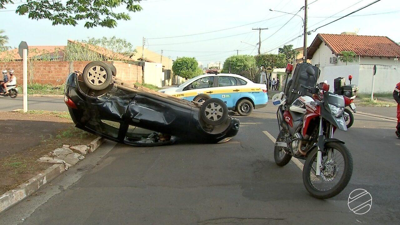 Mulheres ficam feridas após carro tombar em acidente em Campo Grande