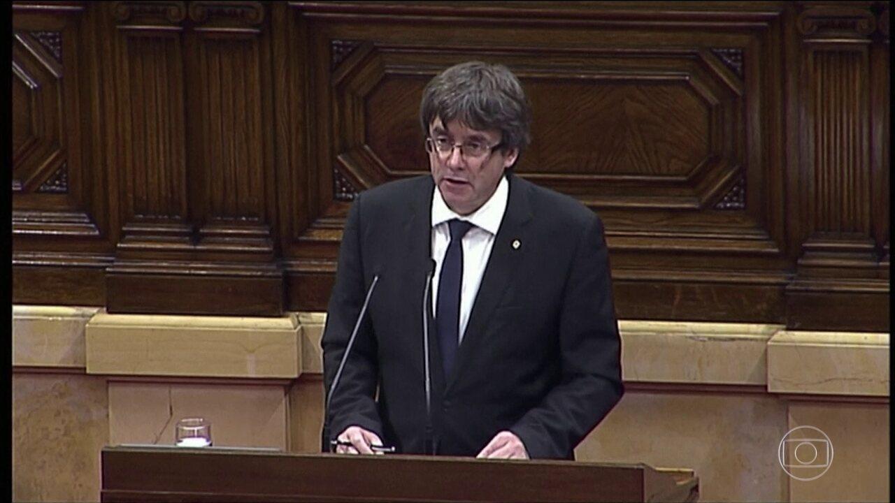 Presidente da Catalunha declara independência da Espanha, mas logo em seguida volta atrás