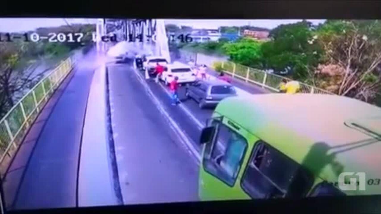 Mulher perde colide em estrutura de ponte e capota carro