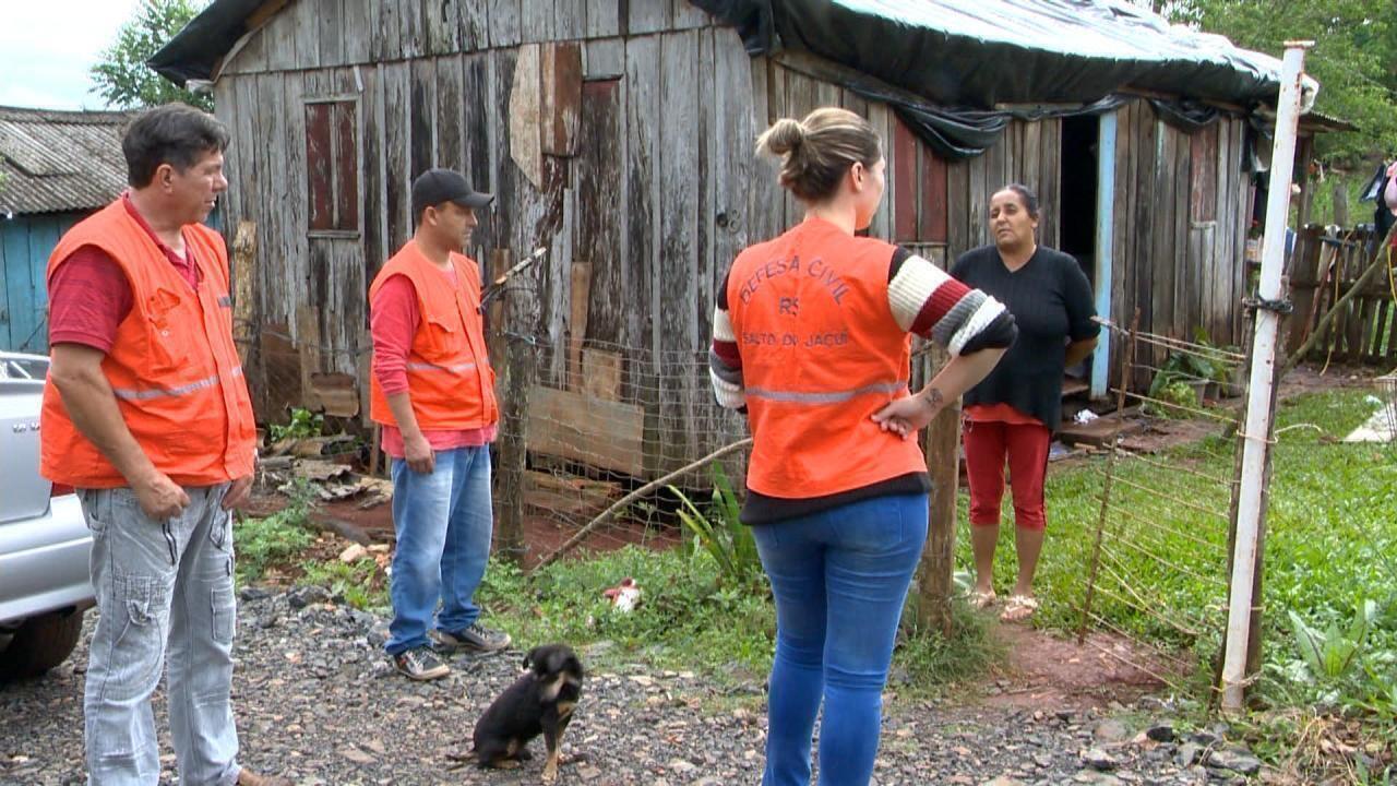 Moradores atingidos por temporal reclamam da demora para entrega de telhas no RS