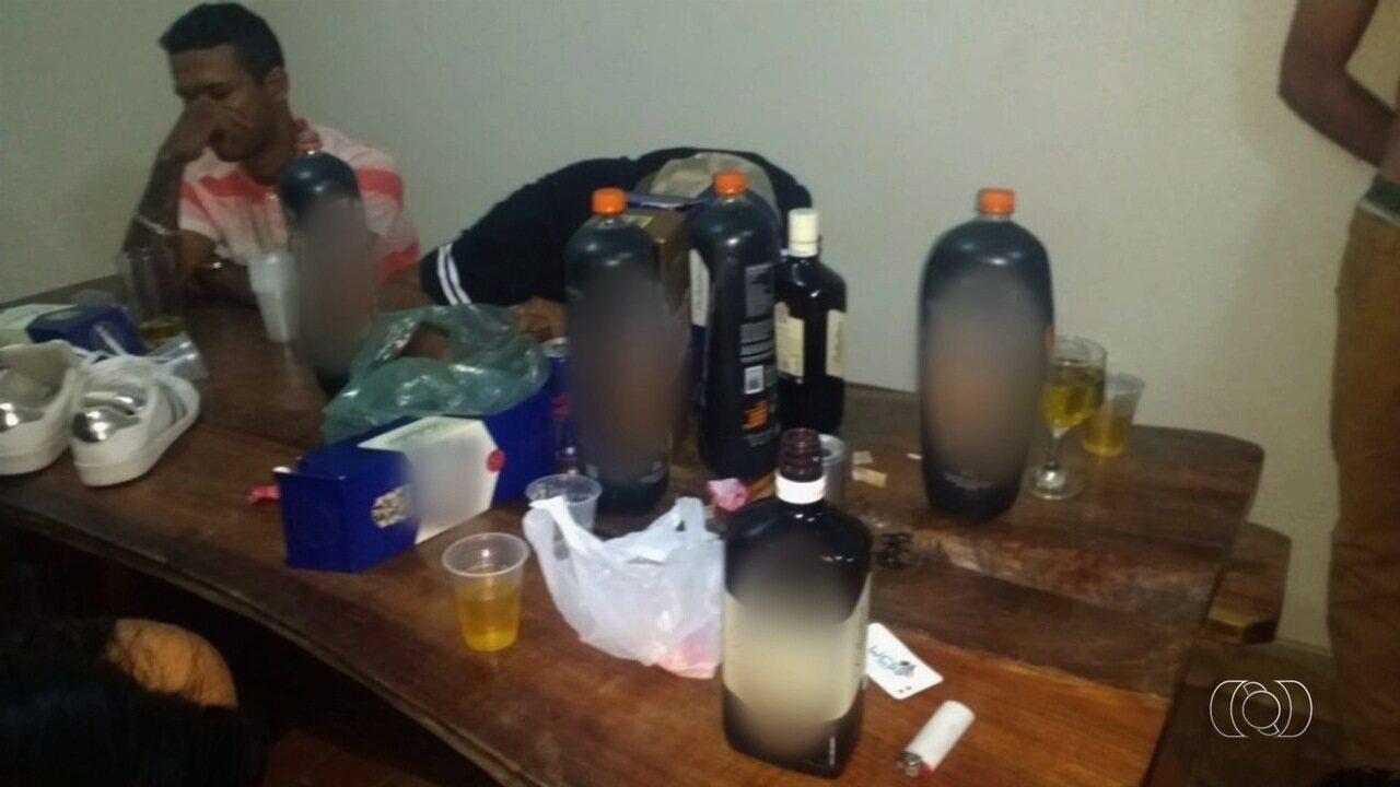Homem é preso ao ser flagrado com filha e outras três menores bebendo e usando drogas