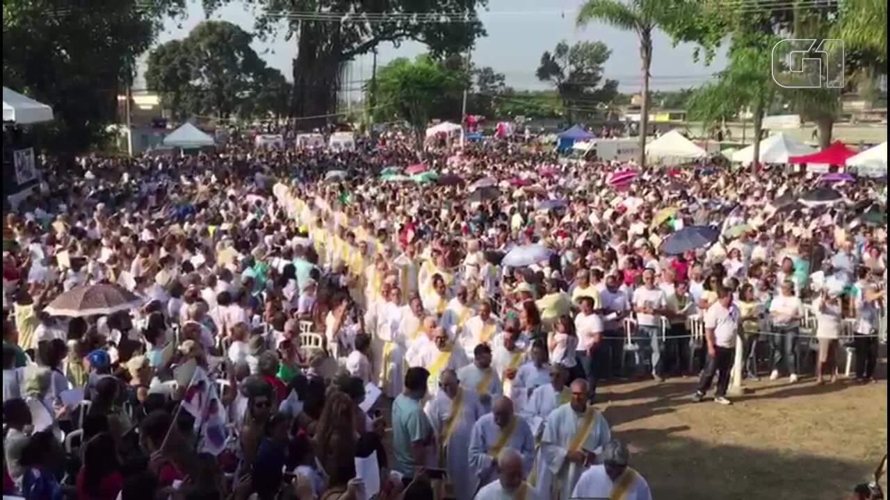 Missa reúne centenas de fiéis na Igreja Nossa Senhora do Pilar, em Duque de Caxias