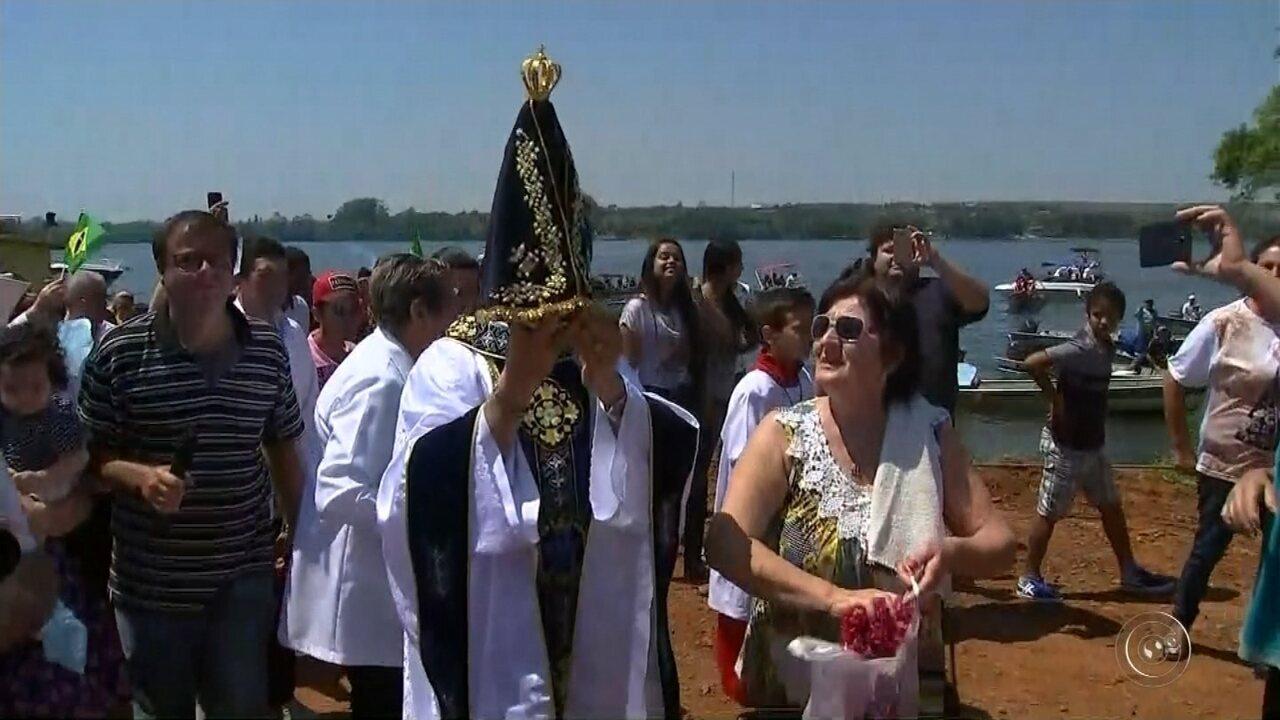 Devotos de Nossa Senhora Aparecida participam de procissão pelo Rio Tietê