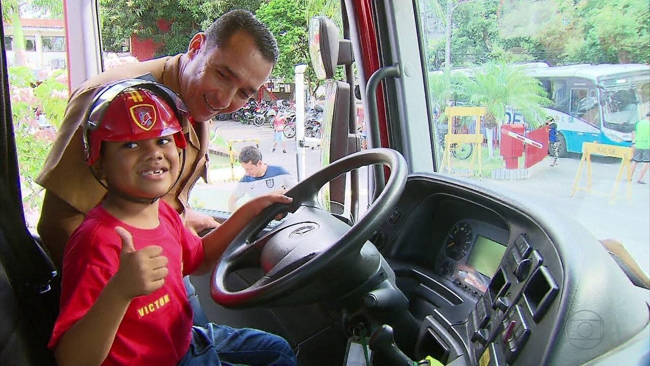 Com direito a capacete e uniforme com seu nome, o pequeno foi bombeiro por um dia