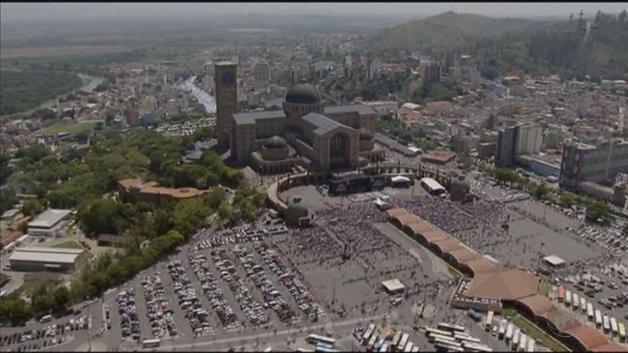 Romeiros lotam o Santuário de Aparecida no dia da festa da padroeira do Brasil