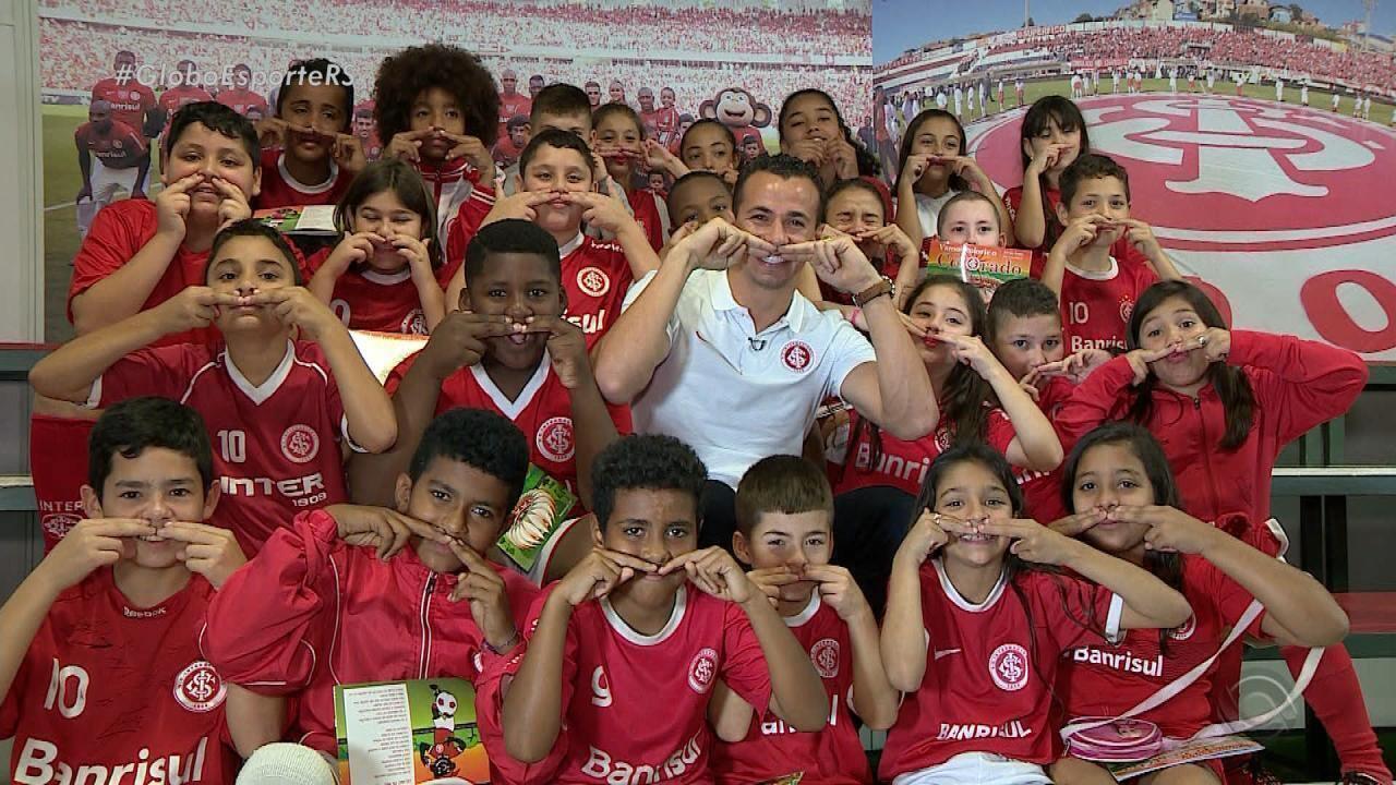 Crianças conhecem e 'entrevistam' Damião em dia de visita ao Beira-Rio