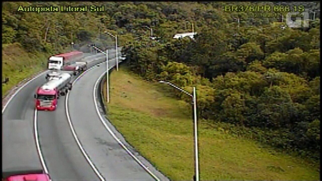 Acidente entre duas carretas causa congestionamento na BR-376