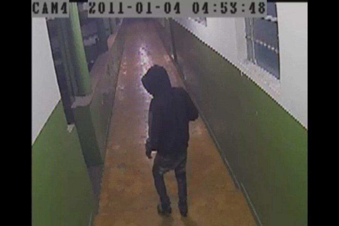 Escola divulgou imagens de uma das vezes que o criminoso entrou na escola