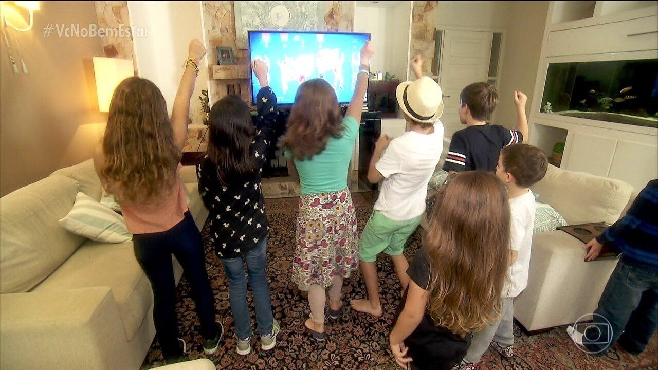 Crianças usam jogos de videogame a favor do corpo