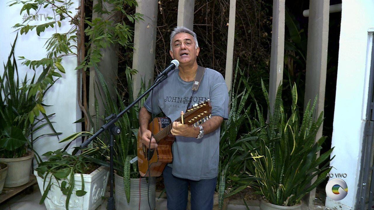 Carlos Mariano canta sucessos do Pop Rock