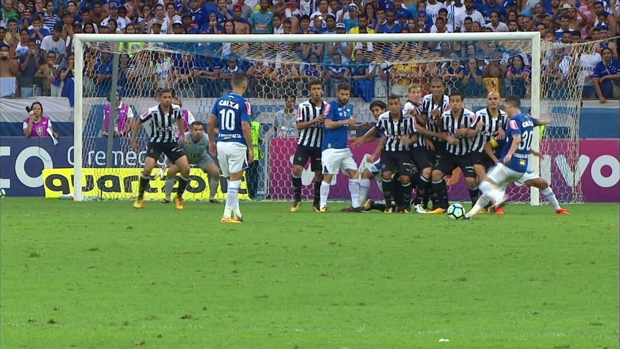 Thiago Neves cobra falta com força e Victor espalma para escanteio aos 27' do 2º Tempo