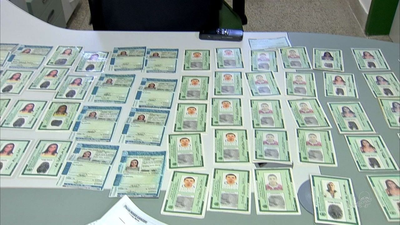 Mulher é presa com mais de 100 identidades usadas para fraudes