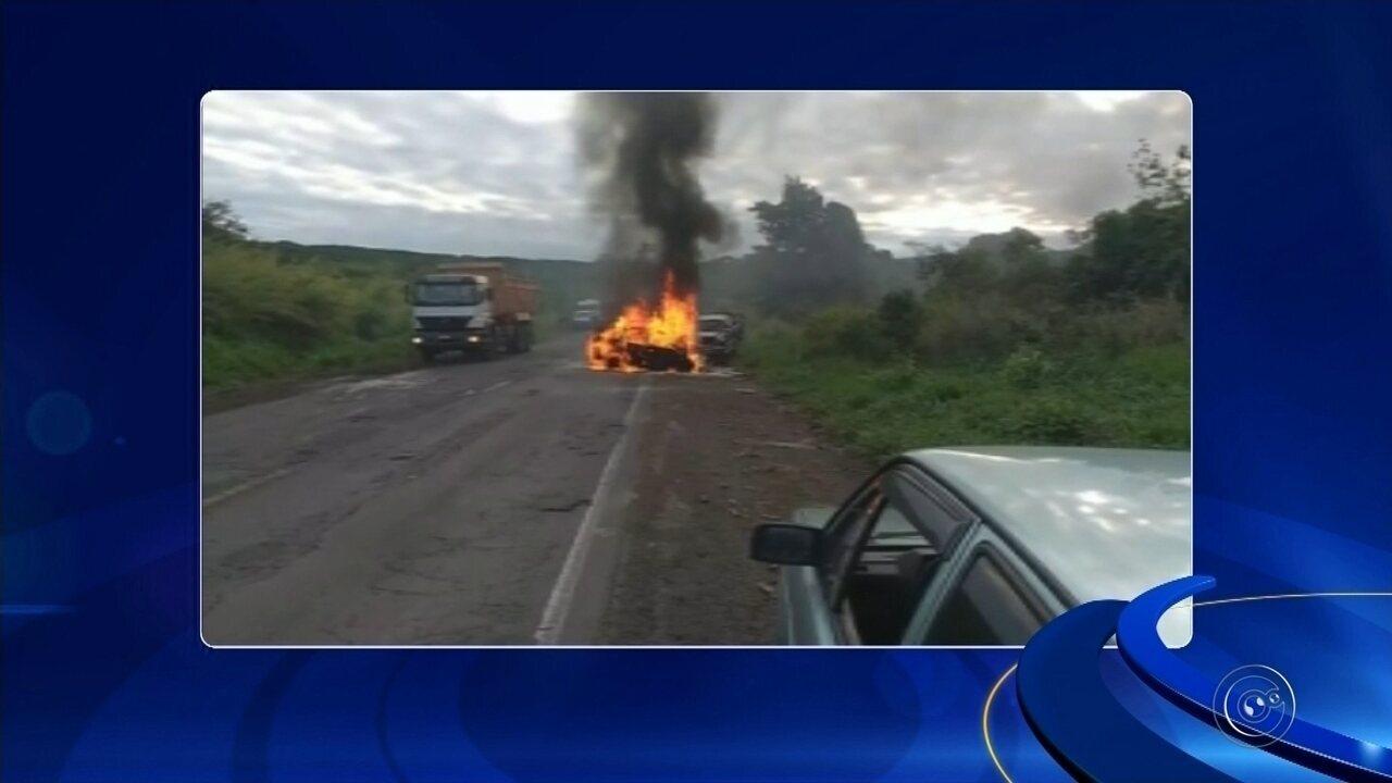 Carro pega fogo após acidente e passageira morre em rodovia de Pratânia