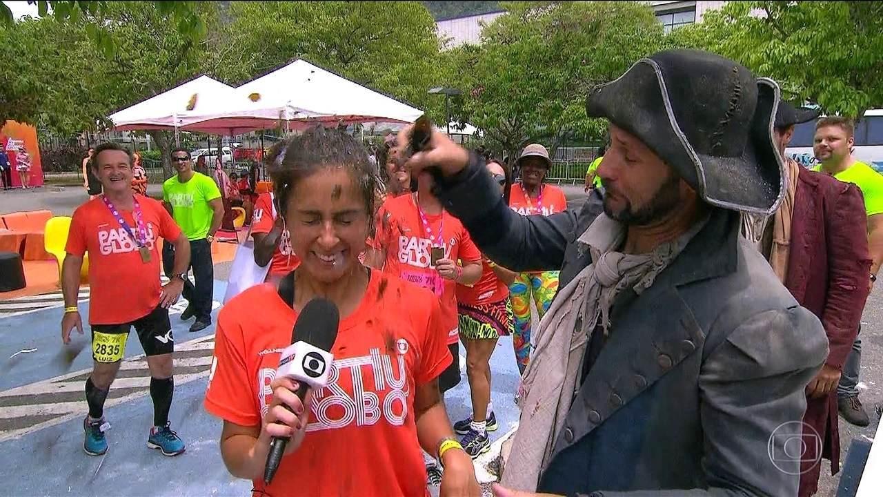 """""""Partiu, Globo"""": Felipe Andreoli invade cena e Carol Barcellos leva """"garrafada""""na cabeça"""