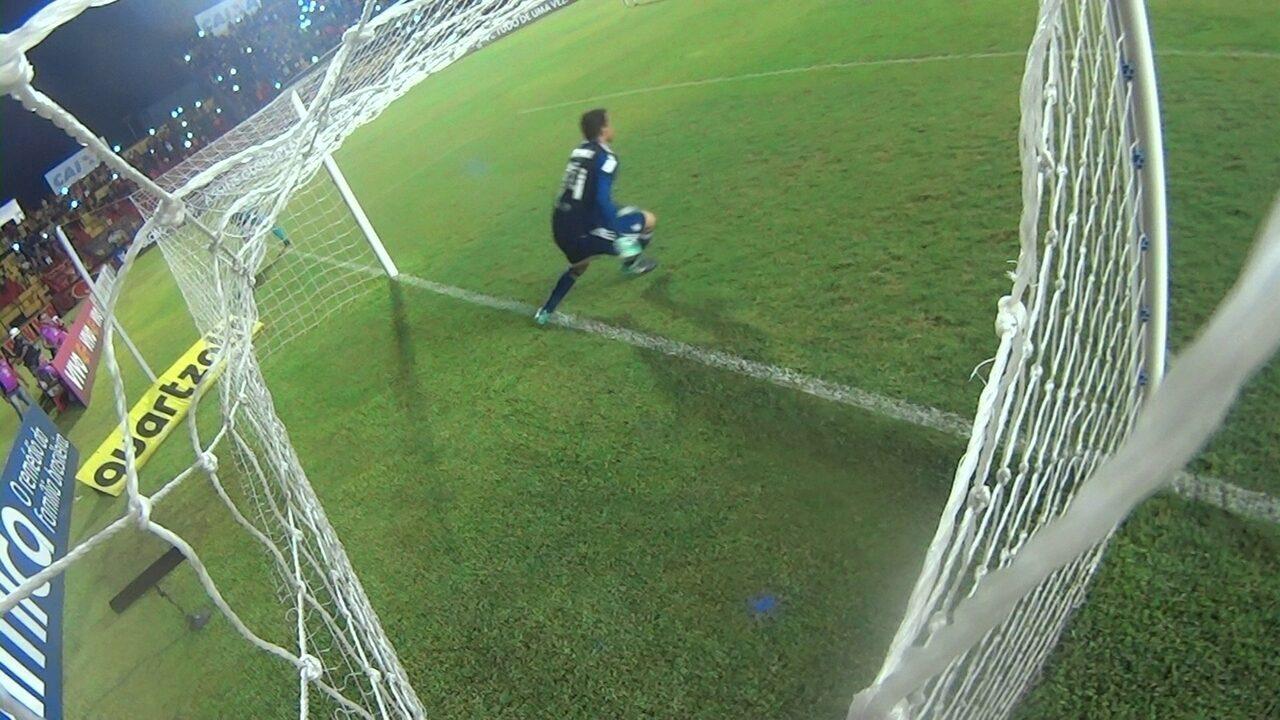 Wilson defende dois pênaltis e é o destaque do Coritiba na partida contra o Sport