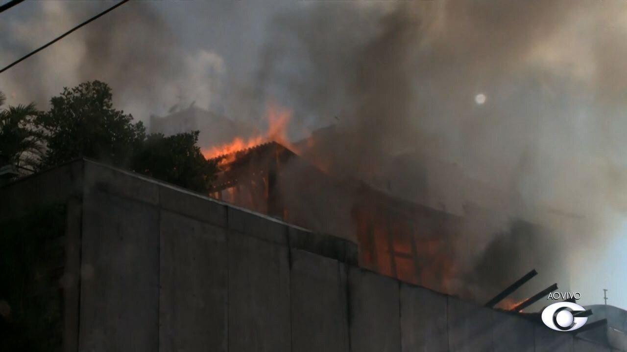 Incêndio de grandes proporções destrói loja de decoração no bairro da Jatiúca