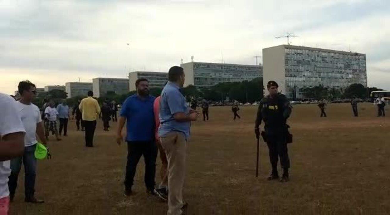 Taxistas e motoristas de aplicativos ocupam lados opostos na Esplanada dos Ministérios