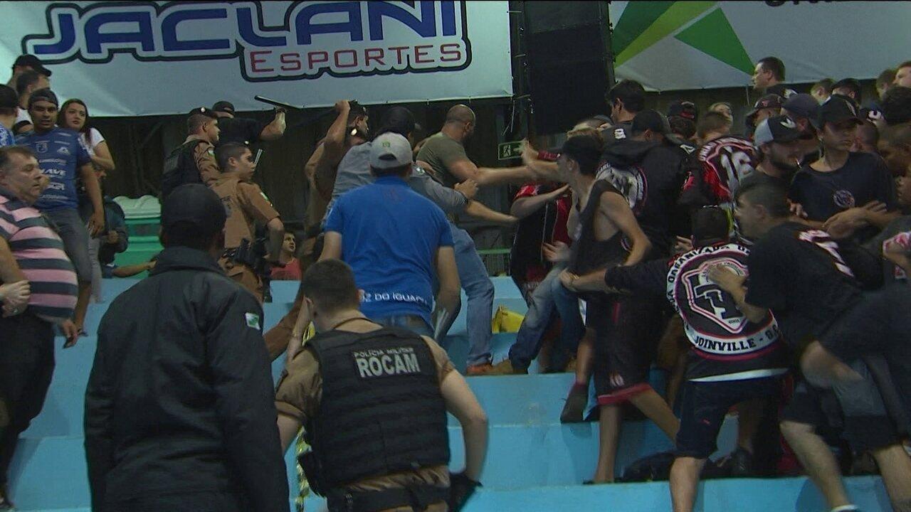 Torcedores brigam no ginásio na partida entre Foz Cataratas e Joinville na  Liga Futsal fdd988b65d287