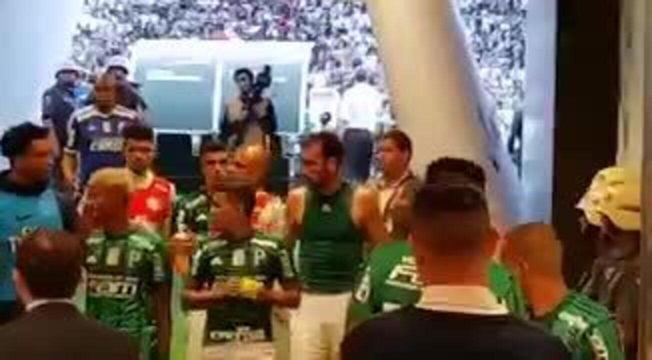 Mulher de Felipe Melo sai em defesa do marido nas redes sociais