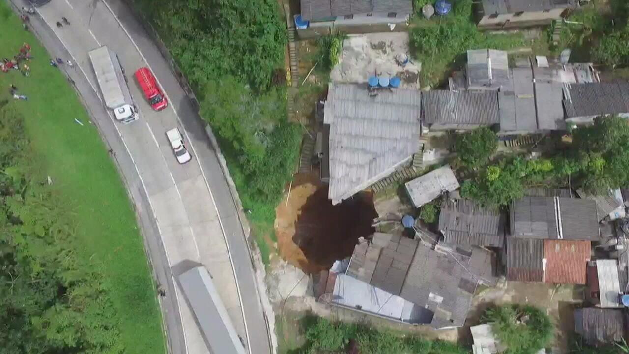 Trecho da BR-040 em Petrópolis (RJ) tem pista interditada devido a deslizamento de terra