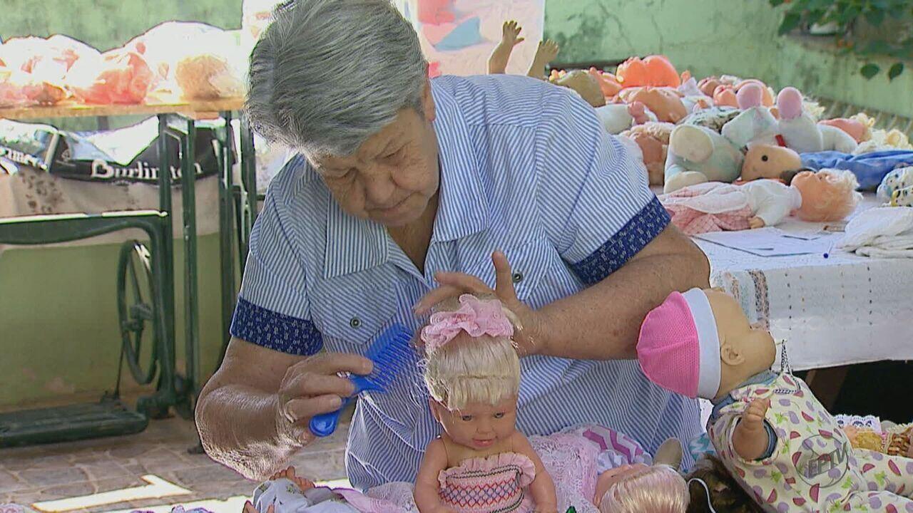 Idosa de 75 anos restaura bonecas que iam para o lixo e doa para crianças carentes