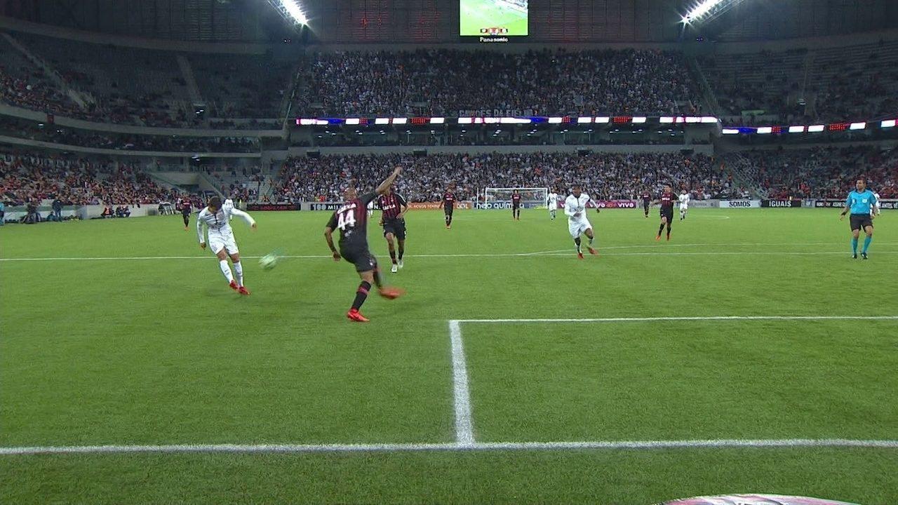 Romero tenta encobrir Weverton, no rebote, Rodriguinho chuta pra fora, aos 16' do 1º tempo