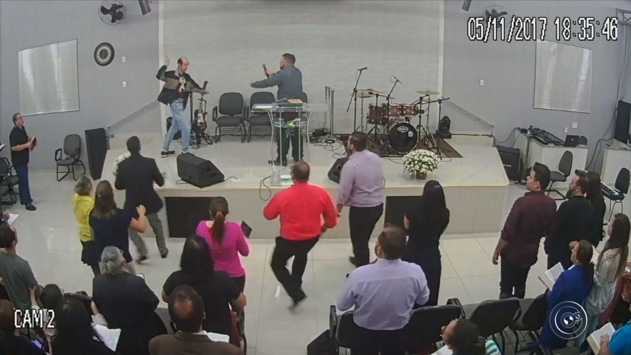 Homem tenta esfaquear pastor durante culto transmitido ao vivo no Facebook