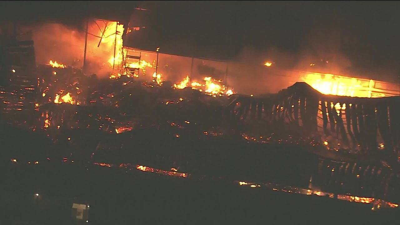 Incêndio atinge galpão na Zona Oeste do Rio