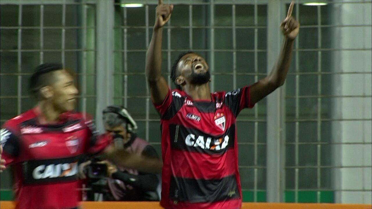 Gol do Atlético-GO! Após cruzamento na área, Diego Rosa abre o placar contra o Galo