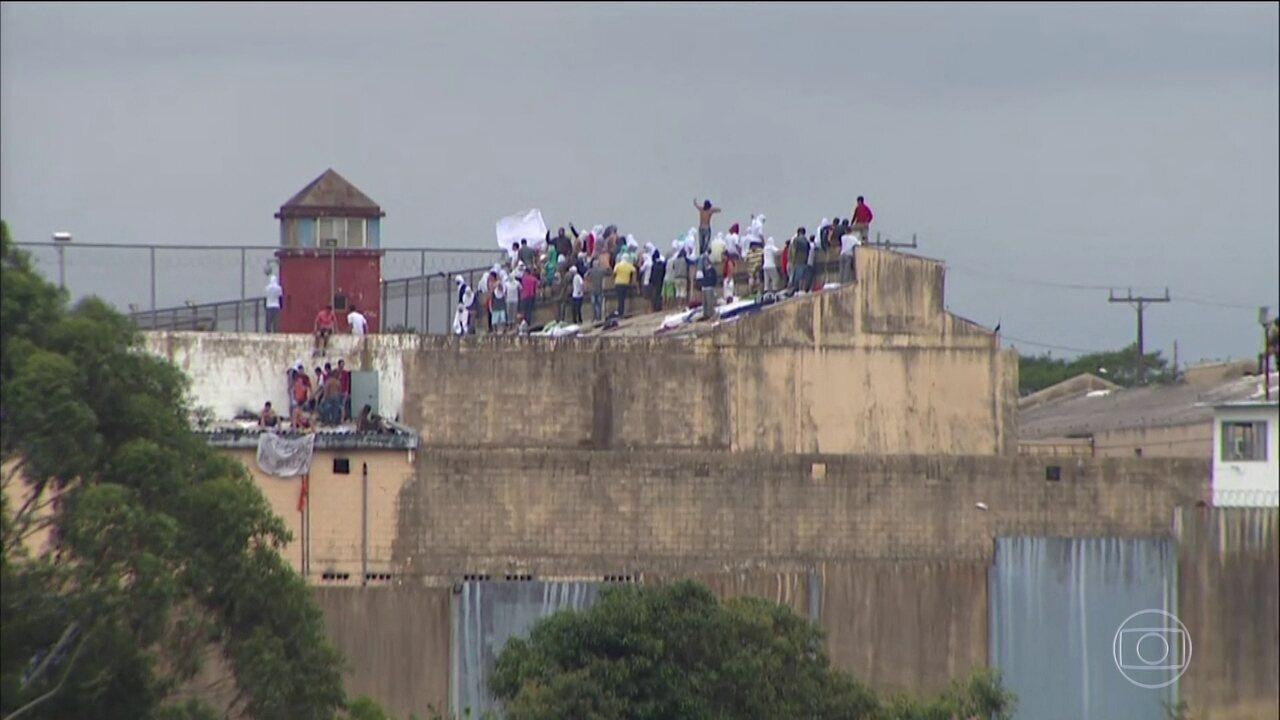 Mais de 700 presos fazem rebelião no oeste do PR