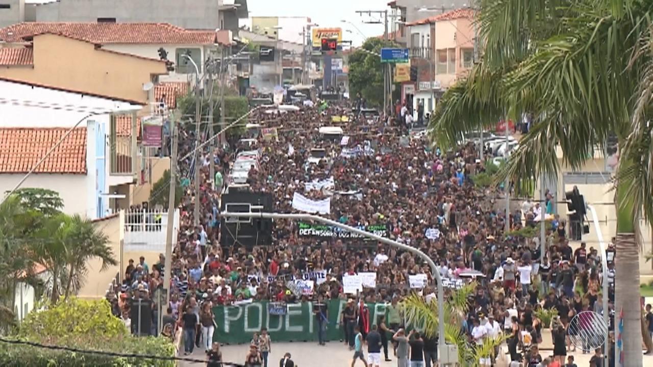 Moradores de Correntina vão às ruas pedir preservação da água de rio