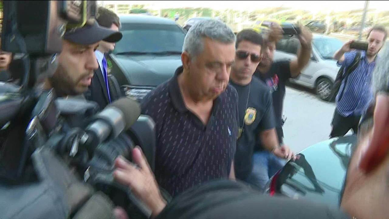 Jorge Picciani é conduzido à sede da Polícia Federal no Rio na manhã desta terça (14)
