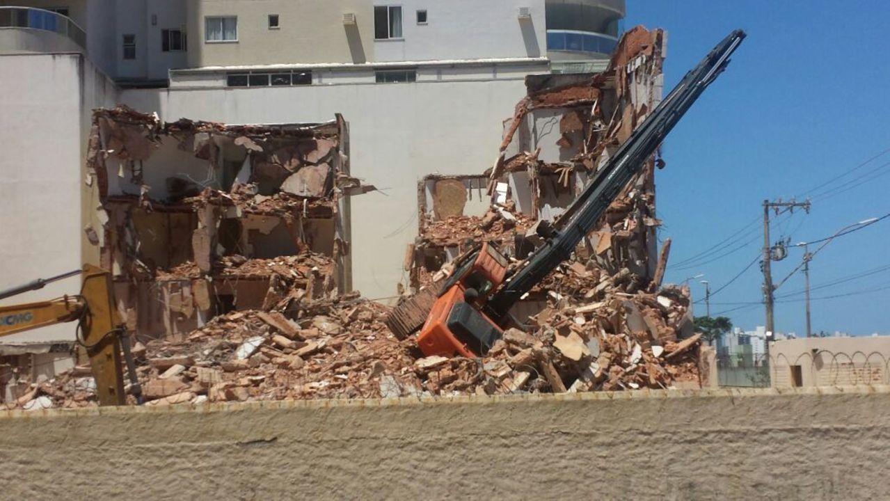 Guindaste tomba em obra e interdita avenida na Praia do Morro em Guarapari