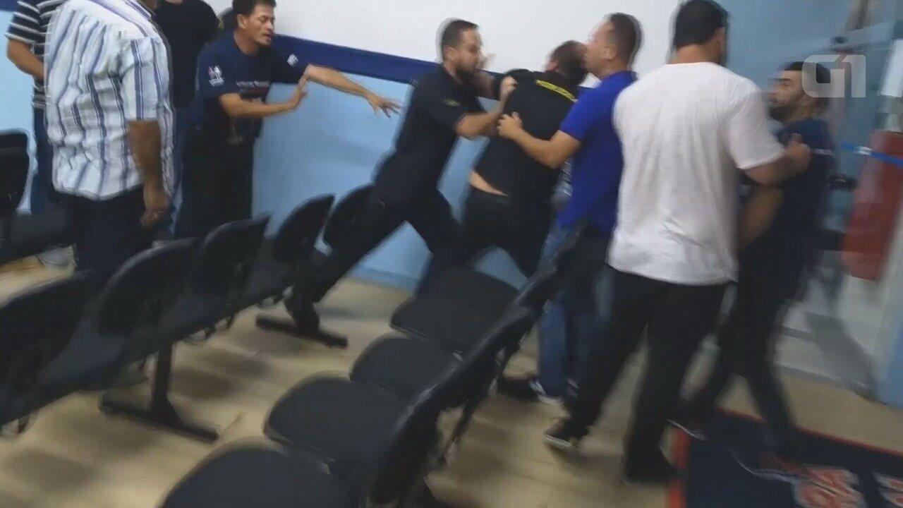 Munícipe é retirado a força de sessão da Câmara de Vereadores de Mongaguá, SP